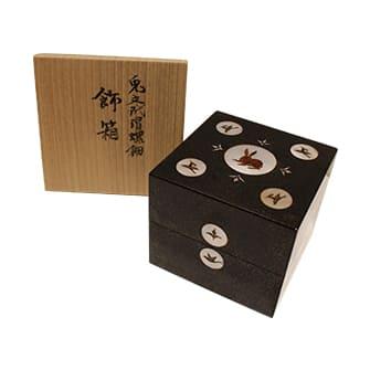 兎文玳瑁螺鈿飾箱